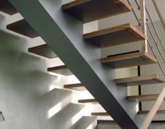 Косоуры для лестниц: особенности конструкции и изготовления