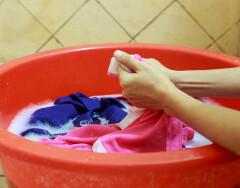Не спешите выбрасывать: народные средства, которые помогут вернуть к жизни старую одежду