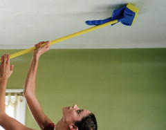 Сколько пыли хранят натяжные потолки и нужно ли их мыть