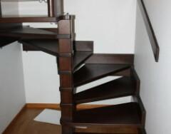 Поворотные лестницы на второй этаж с забежными ступенями и площадкой: особенности конструкций