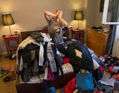 4 признака неправильного хранения вещей в спальне