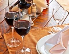 3 простых способа вывести пятна от красного вина и 3 посложнее