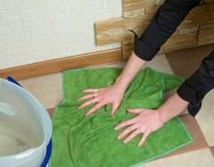 Почему мыть пол старым полотенцем — плохая идея