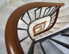 Поручни из ПВХ (поливинилхлорида) для лестниц: особенности и преимущества