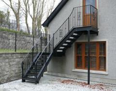 Особенности наружных лестниц на второй этаж: разновидности и назначение