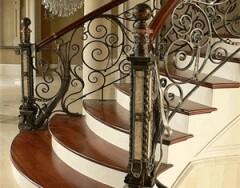 Кованые лестницы в интерьере – украшение вашего дома