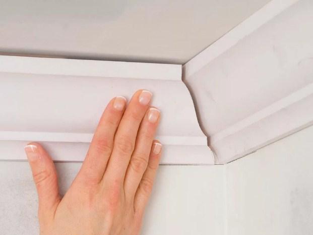 Как обрезать потолочный плитнус