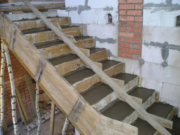Заливка ступеней жидким бетоном